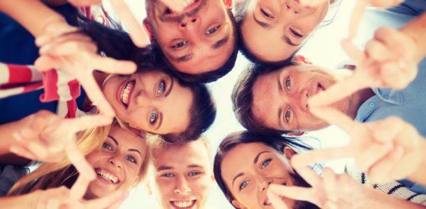 радостная молодежь на праздник