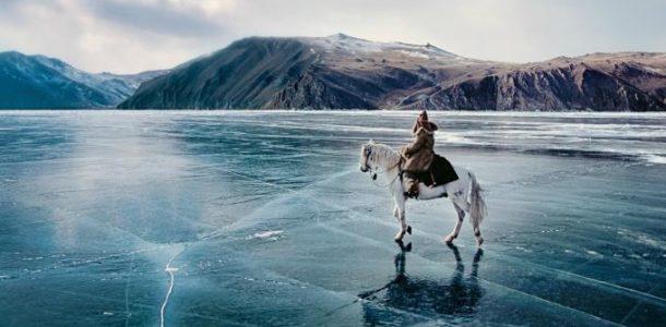 человек с конем на замерзшем Байкале