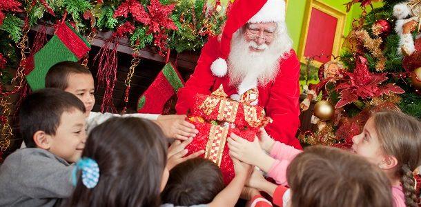 Дед Мороз раздает подарки