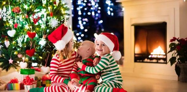 радостные дети возле елки