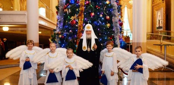 Батюшка и ангелочки возле елки