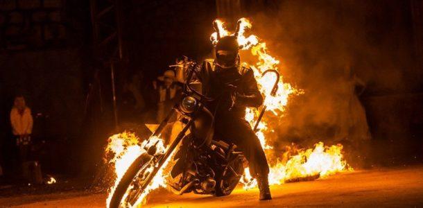 Парень на мотоцикле горит