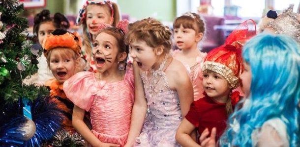 Дети в костюмах играют