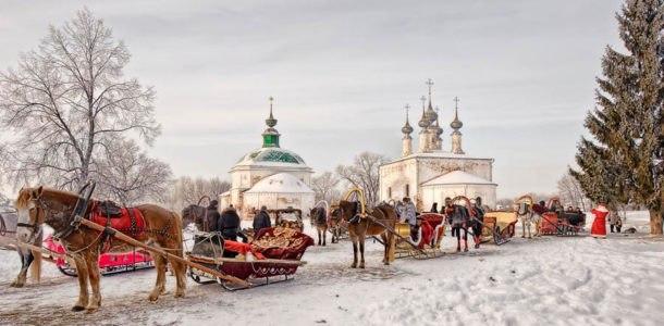 лошади возле церкви зимой