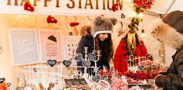 Девушка продает печенье