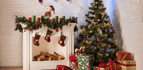 елка у камина с подарками
