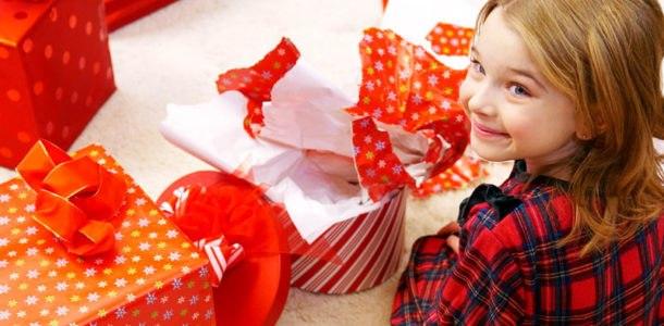 девочка разбирает подарки