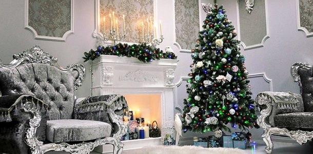 новогодняя елка у камина в серых тонах
