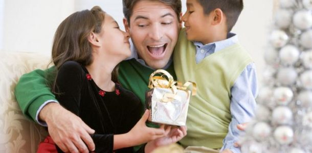 дети дарят подарок папе