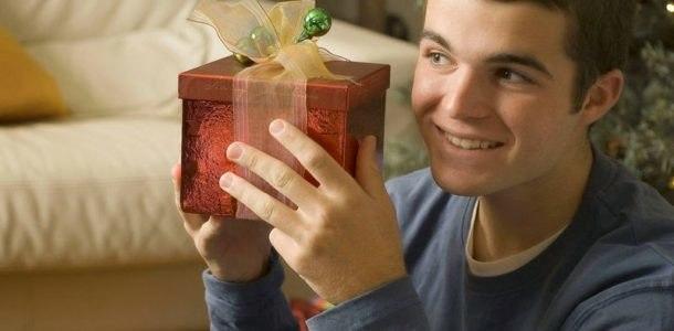мальчик-подросток с подарком