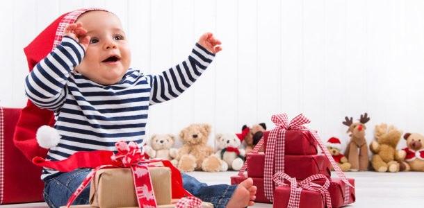 маленький мальчик с подарками