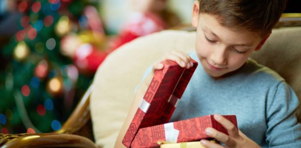 мальчик открывает подарок