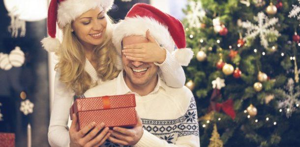 девушка дарит подарок парню