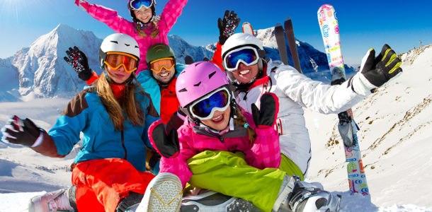 семья катается на лыжах