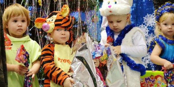 дети в костюмах возле елки