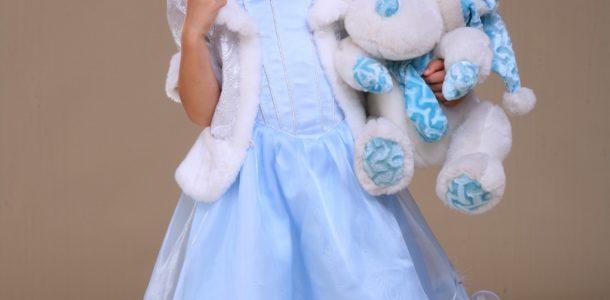 девочка в образе снежной королевы с жилетом и игрушкой