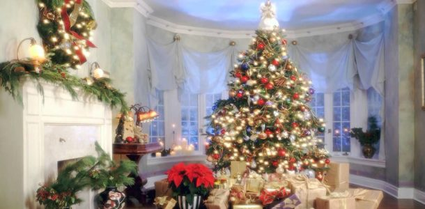 Новогодняя елка с подарками у окна