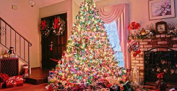 Новогодняя елка вся в фонариках в доме