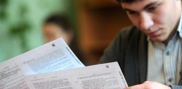 парень смотрит на тесты