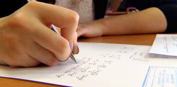 пишет на бумаге ручкой