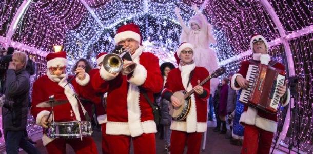 Деды Морозы играют на музыкальных инструментах