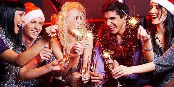 веселая компания в новогодних шапках и с шампанским