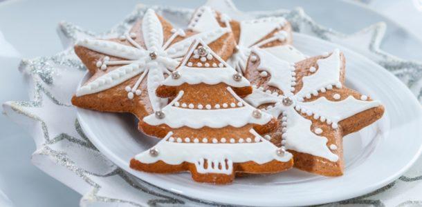 новогоднее печенье на тарелочке