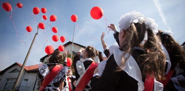 выпускники отпускают шарики в небо