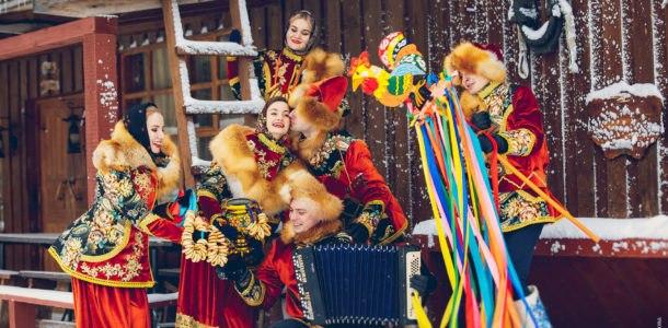 девушки и парни в народных костюмах