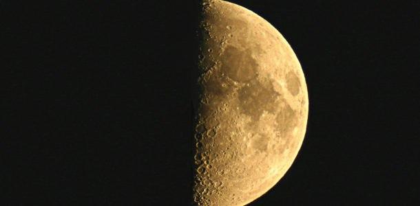 растущая луна в ночном небе