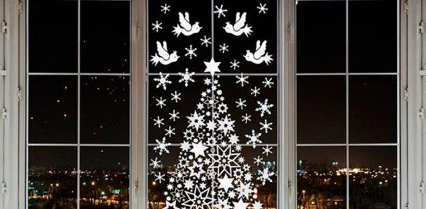 Елка на окне с птичками и снежинками