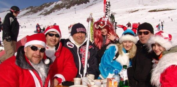 люди отмечают Новый год в горах